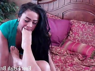 Jasmin sucking on Simonas size feet
